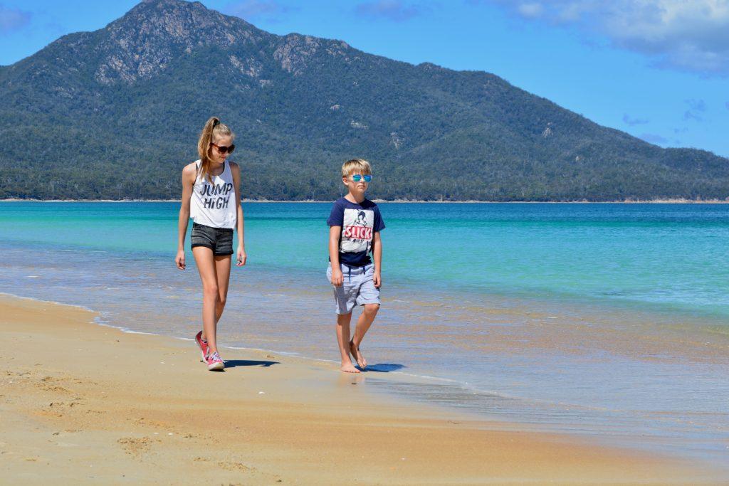 Børnene er stadig friske på Wineglass Bay turen
