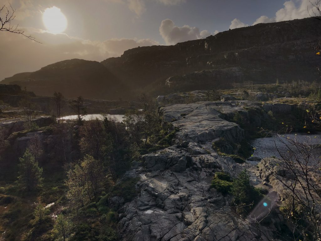 Solen bryder frem ved Tjødnane