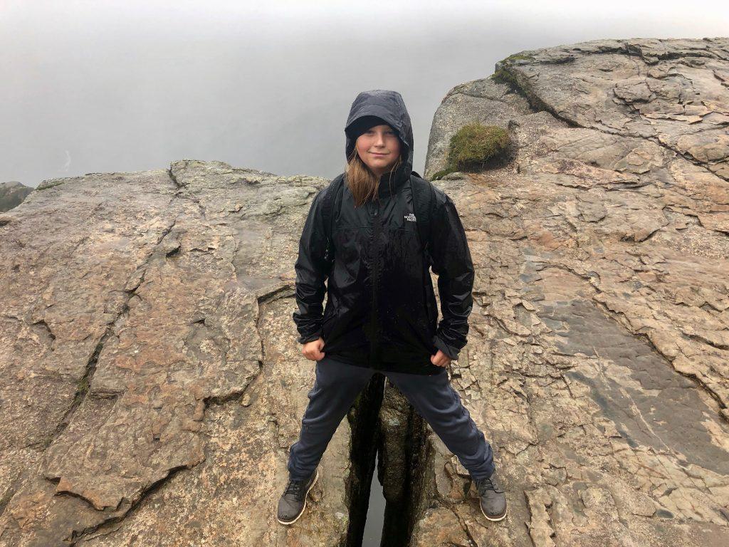 Mikkel står ved en sprække i klippen